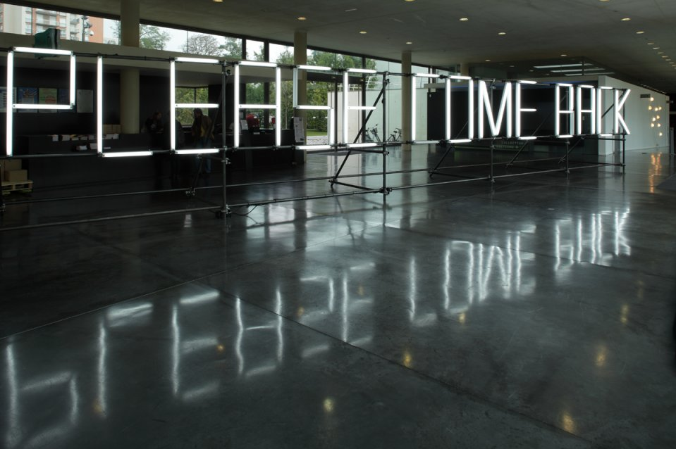 Claire-Fontaine-Please-Come-Back-2008-Fluorescent-white-metal-scaffolding-motion-sensor-300-×-200-×-1400-cm.png